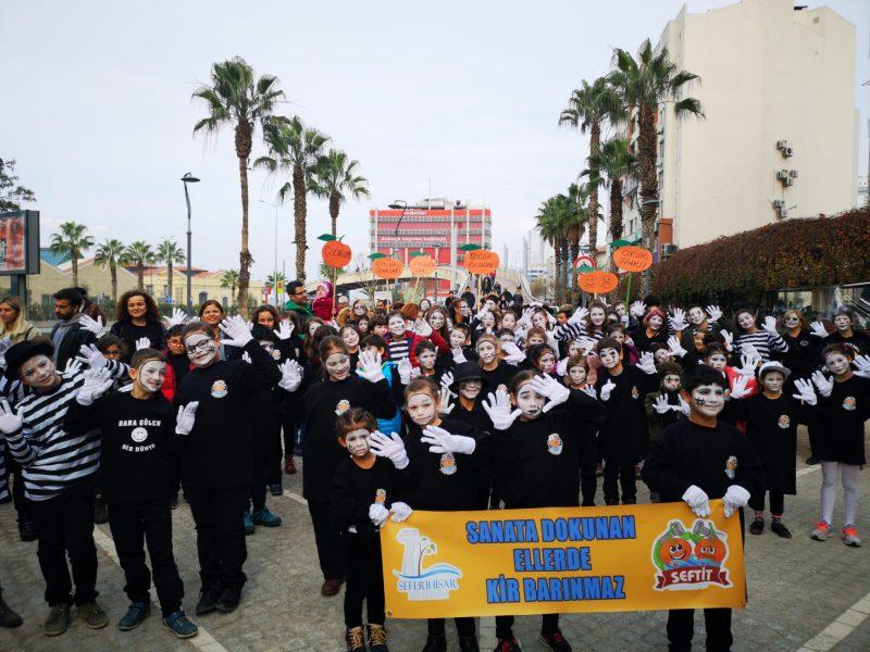 İzmir'de Çocuk Hakları İçin Sessiz Çığlık