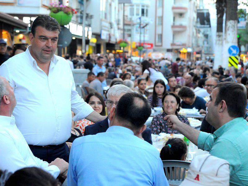 İftar sofrasında binlerce kişi buluştu