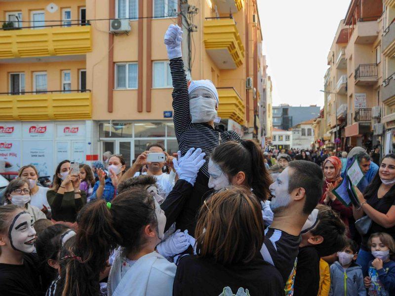 Seferihisar Çocuk Belediyesi'nden Lösev için farkındalık yürüyüşü
