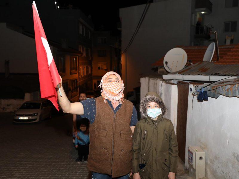 Balkonlarda İstiklal Marşı coşkusu!