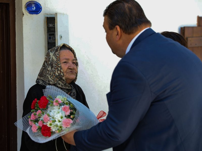 Başkan İsmail Yetişkin en yaşlı anneyi ziyaret etti