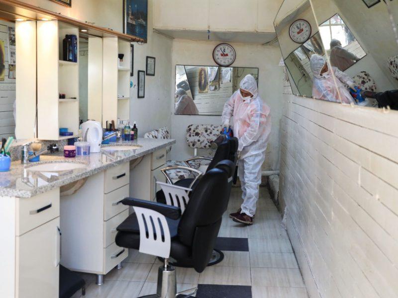 Belediye ekipleri berber ve kuaför salonlarını dezenfekte etti